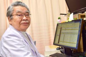 乳がん治療の最前線を説明する亀田院長